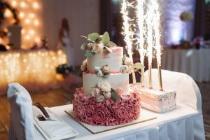 Beautiful,Decorated,Wedding,Cake,With,Ice,Fountain,Fireworks,At,The